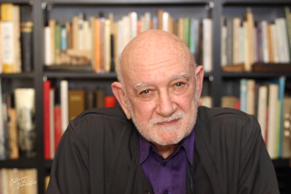 Henri Gougaud, écrivain poête et conteur devant sa bibliothèque